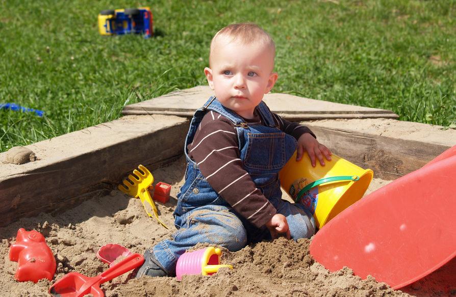 Schon ab dem 1. Lebensjahr können Kinder im Sand spielen